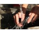 Myčka nádobí vs ruční mytí? Vítěz je znám